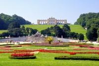 Die Blumenarrangements des herrlichen Schönbrunner Schlossparks erstrecken sich bis zum Neptunbrunnen am Fuß des Hügels mit der Gloriette, Wien, Österreich