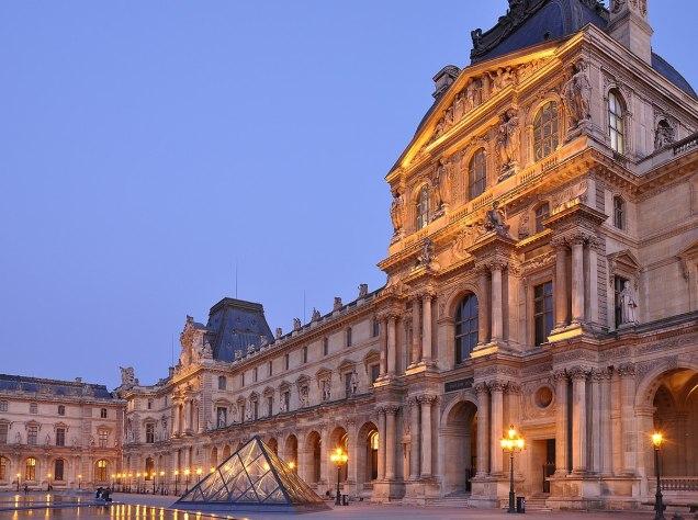 1200px-Cour_Napoléon_du_Palais_du_Louvre_009