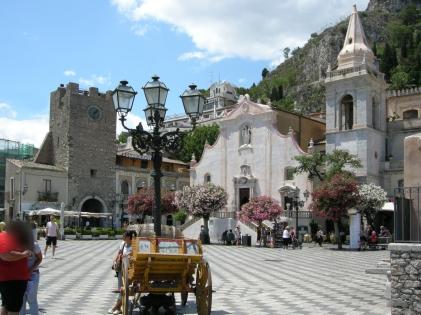 Taormina,_piazza_IX_Aprile_00