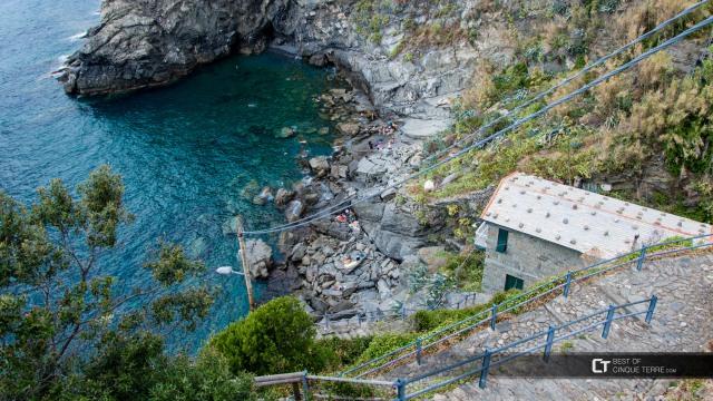 cinque-terre-corniglia-small-beach-and-descent