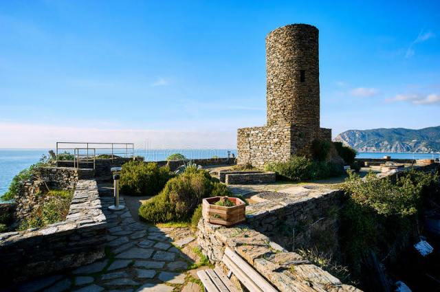 doria-castle-vernazza-italy-medieval-built-th-century-as-lookout-tower-to-protect-village-pirates-region-80196236