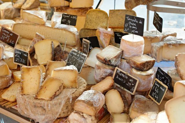 queijo-francês-aleatório-no-mercado-de-provence-21364388