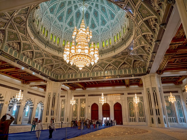 Oman-Muscat-Sultan-Qaboos-Grand-Mosque-interior