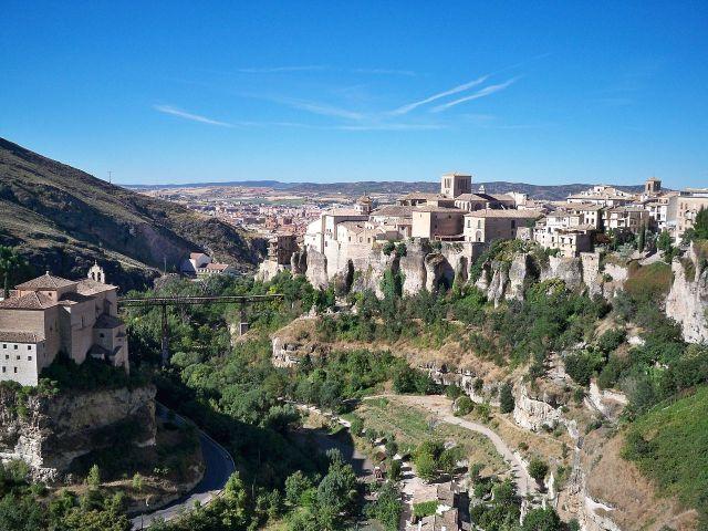 1280px-Vista_de_la_hoz_del_río_Huécar_en_Cuenca_(España)